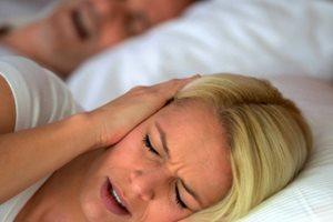 Фото. Женщина закрыла уши из-за храпа мужа