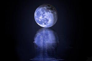 на воде голубая луна