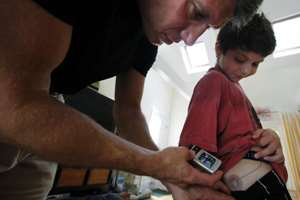 папа проверяет показания устройства