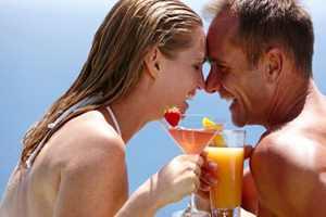пара пьет алкогольный коктейль