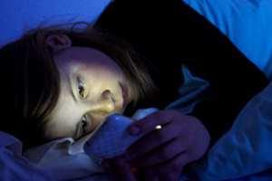 с телефоном в постели
