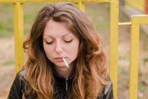 девушка покуривает сигарету