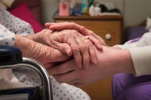 больной держится руками с родственниками