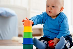 мальчик и его игрушка