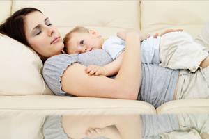 сон с малышом в постели