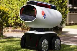 робот доставляет пиццу
