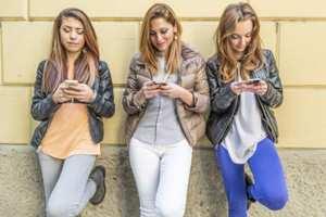 молодые люди зависят от мобильников