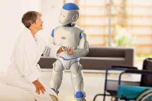 робот помогает женщине
