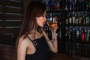 девочка пьет алкоголь