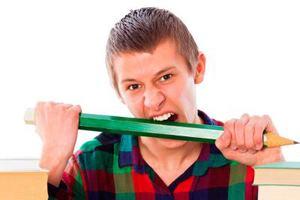 парень ест карандаш