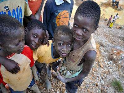 африканские дети на добыче минералов