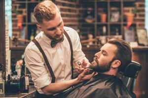 стрижет бороды