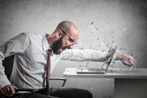 мужчина пробил рукой монитор ноутбука