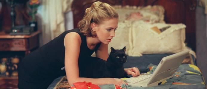 девушка с черной кошкой