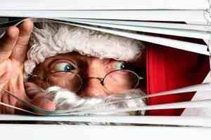 дед Мороз заглядывает через жалюзи