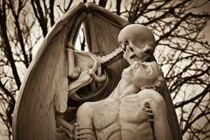 смерть целует человека