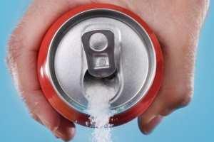 высыпает сахар их банки