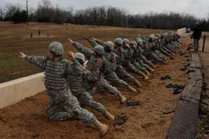 военные бросают гранат