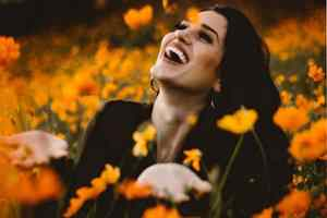 женщина на поле цветов