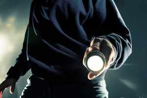 мужчина светит фонариком
