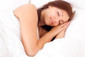 девушка спит на постели