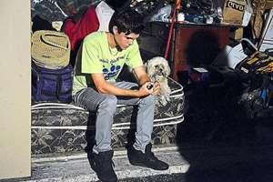 бездомный парень с собакой