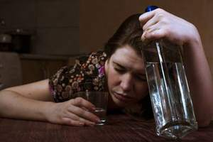 алкоголичка с водкой