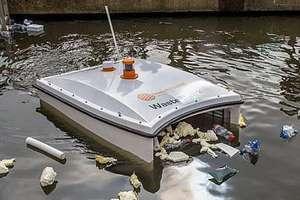 беспилотник собирает пластик в воде