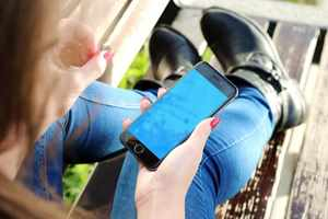 сидя с телефоном