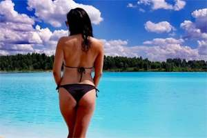 девушка на красивом озере