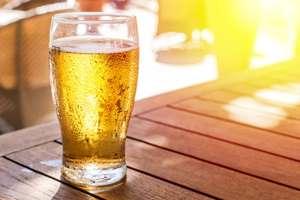 бокал свежего пива на столе