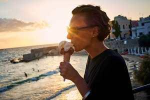 есть мороженое на берегу