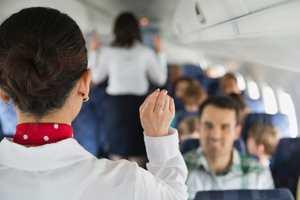 поясняет стюардесса