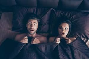 семейная пара испугана в постели