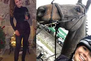 голая девушка на коне