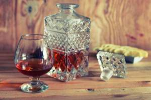 пить алкоголь из графина