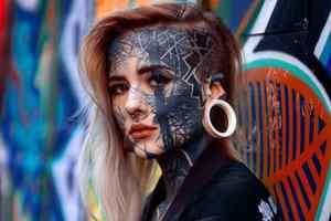 девушка покрыла себя татуировками