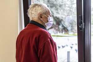коронавирус мужчина в маске дома