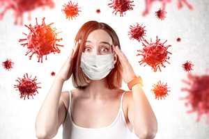 девушка испугана коронавирус