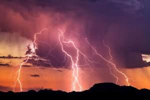сверкает молния