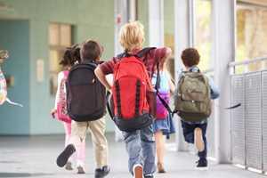 бегут дети с рюкзаками