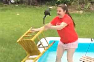 женщина достает белку из бассейна