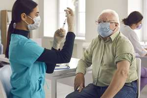 мужчине колют вакцину