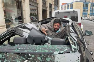 мужчина упал на машину