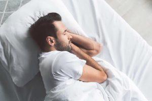 мужчина отдыхает в кровати